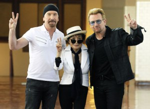 The Edge, Yoko Ono & Bono Flash The Peace Sign At John Lennon Tribute Event