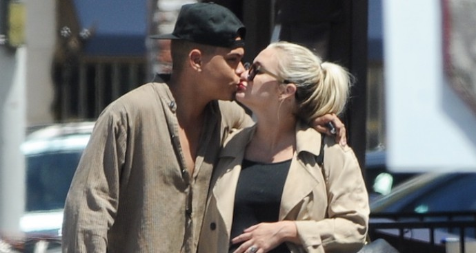 Evan Ross And Ashley Simpson Share Kiss On Romantic Stroll