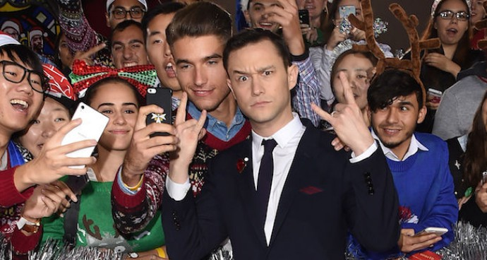 Joseph Gordon-Levitt Poses With Fans At 'The Night Before' Premiere