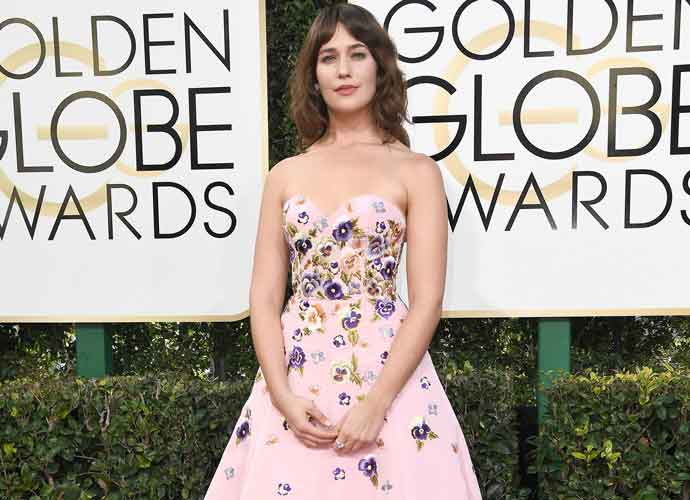 Lola Kirke Makes Statement With Unshaved Armpits At 2017 Golden Globes