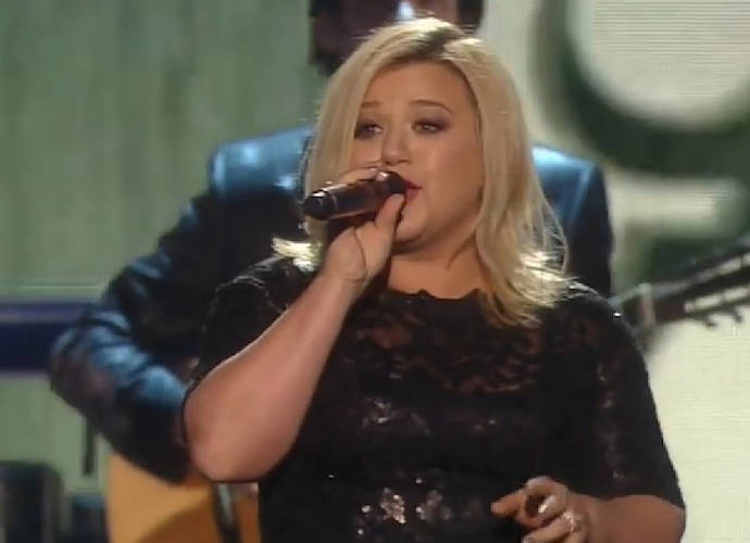 Chris Wallace Of 'Fox News Sunday' Apologizes For Fat-Shaming Kelly Clarkson Comments