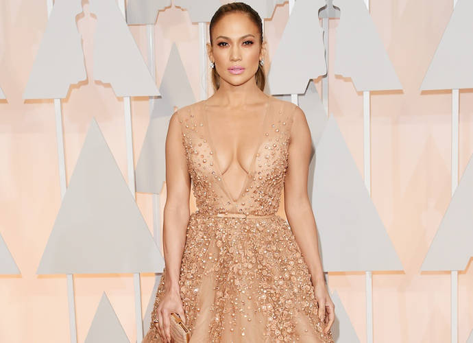 Jennifer Lopez Shows Off Cleavage, Takes Selfie With Meryl Streep At The Oscars