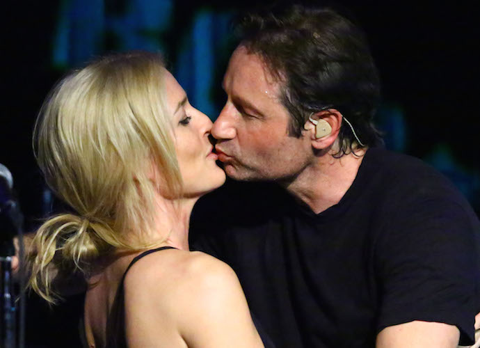 David Duchovny Plants A Kiss On 'X-Files' Costar Gillian Anderson