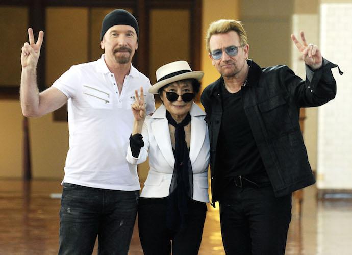 The Edge, Yoko Ono & Bono Flash The Peace Sign At John Lennon Tribute Event