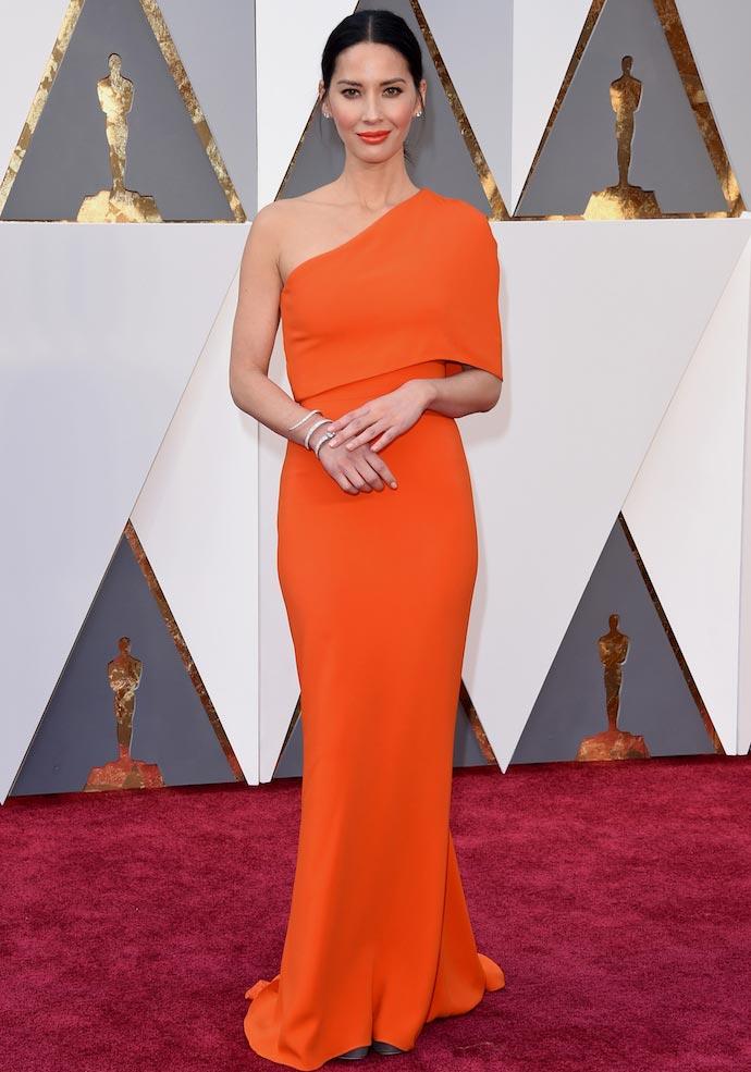 Oscars 2016: Olivia Munn Stuns In Orange On The Arm Of Boyfriend Aaron Rodgers