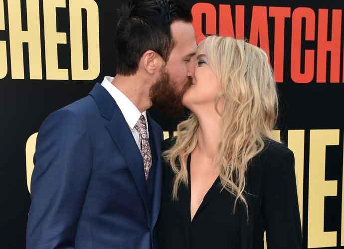 Kate Hudson & Danny Fujikawa Kiss On 'Snatched' Premiere Red Carpet