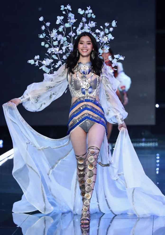 Chinese Model Ming Xi Falls At Victoria's Secret Fashion Show, Steals Show With Grace