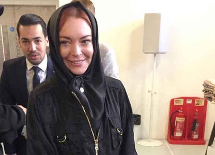 Lindsay Lohan Dons Hijab & Halal Make-Up At London Modest Fashion Week [PHOTOS]