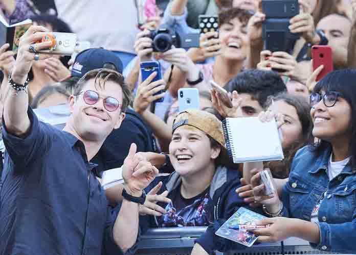 Chris Hemsworth Greets Fans, Takes Selfies At San Sebastian Film Festival [PHOTO]