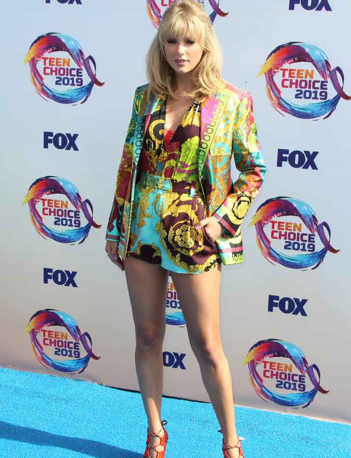Taylor Swift Arrives To Teen Choice Awards In Colorful Versace Bodysuit