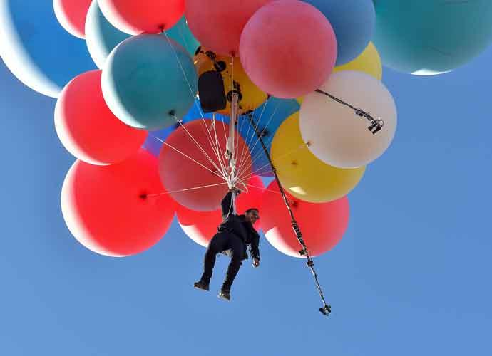 David Blaine Flies Over Arizona Desert Using Helium Balloons [Photos]