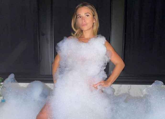 Jessie James Decker's Sexy Bubble Bath Photo Gets Socials Media Backlash