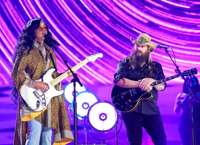 H.E.R. & Chris Stapleton Perform 'Hold On' At CMT Music Awards