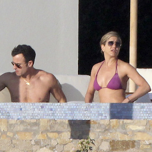 Jennifer Aniston & Fiance Justin Theroux Vacation In Mexico With Pals